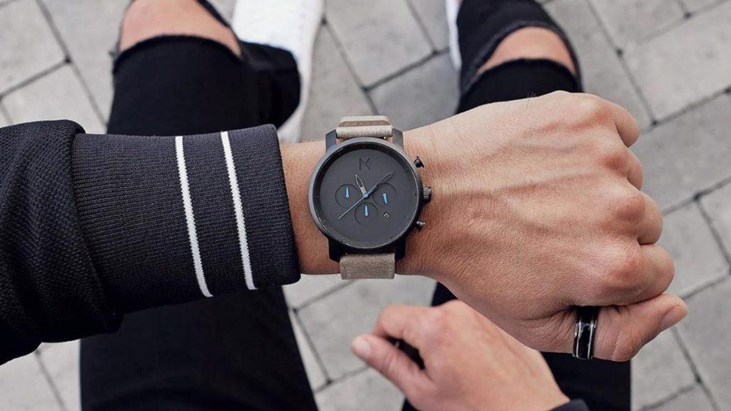 Unul dintre cele mai populare ceasuri de la MVMT - modelul Chrono cu cadran negru