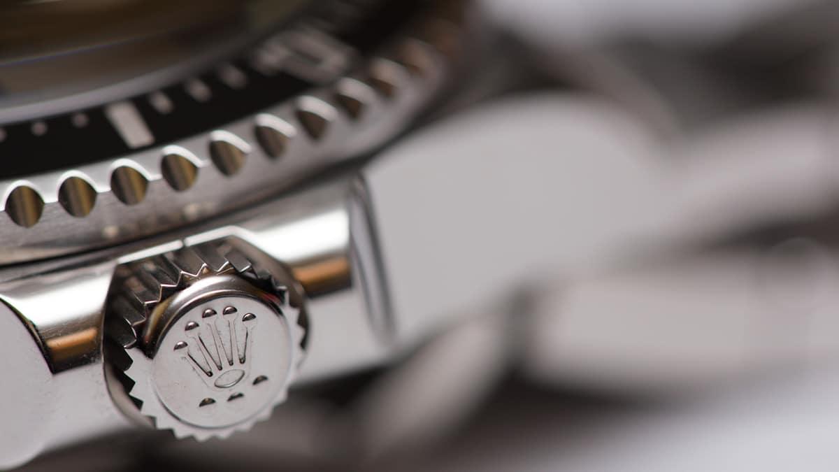 Ceasul Rolex și detaliul de pe remontoar